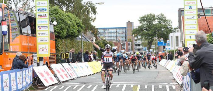Max Kanter sprint naar etappewinst in Emmen